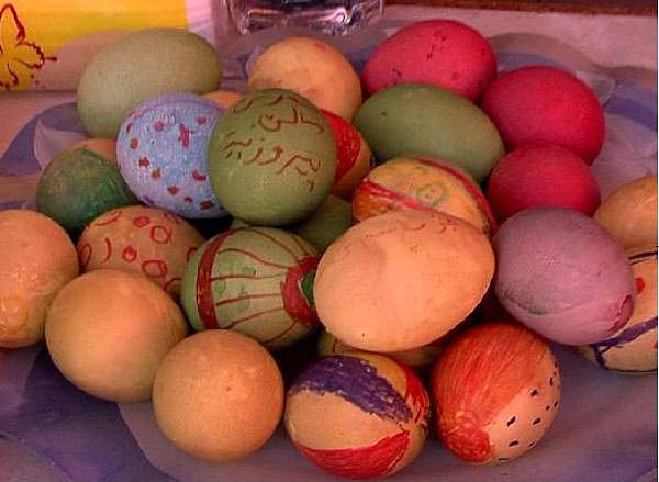The colors of the eggs, including red, blue, green and yellow, represent the rainbow created by Tawûsê Melek when he descended at Lalish on Charshema Sor to bless the earth with fertility and annual renewal.
